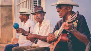 Ancianos cubanos tocando