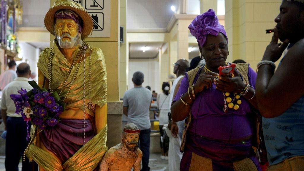 Devotos cubanos participan en el culto a San Lázaro en la Iglesia El Rincón en La Habana, el 16 de diciembre de 2019. Miles de creyentes se reúnen cada año en esta fecha para cumplir las promesas a San Lázaro, para los cristianos; o Babalu Aye, para los f