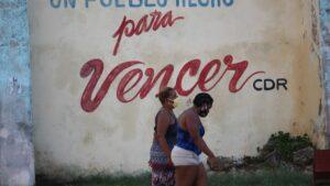 Dos mujeres con mascarillas en Cuba durante la pandemia de coronavirus