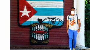Una persona con mascarilla camina por una de las calles de La Habana