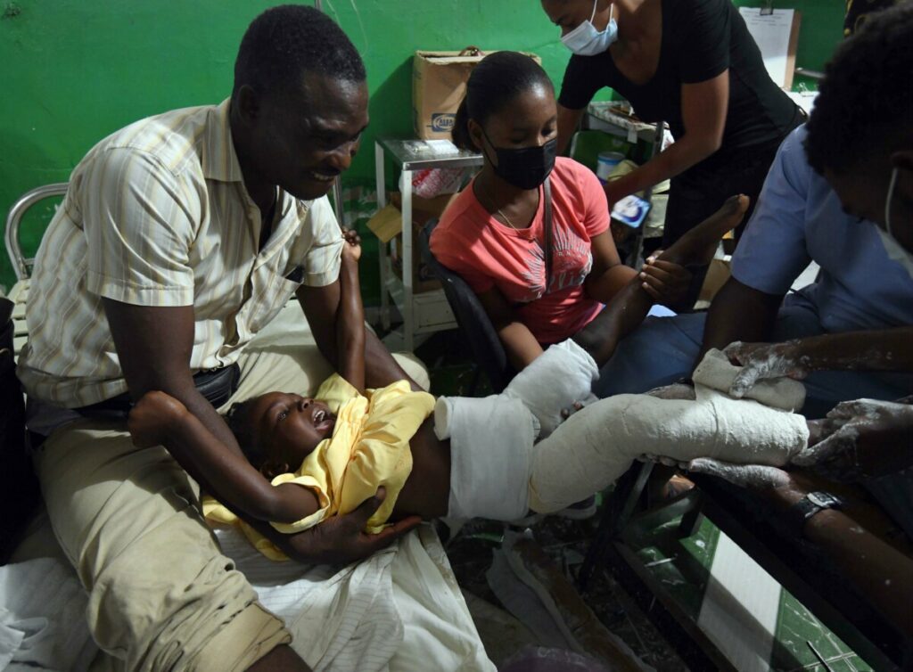 17 August 2021, Haiti, Les Cayes: Christine Paula Junior screams as she gets treatment at Immaculate Conception Hospital after being injured following a massive earthquake in Les Cayes, Haiti. The death toll from the earthquake that hit Haiti at the weekend has risen by more than 500 to 1,941. Photo: Carol Guzy/ZUMA Press Wire/dpa 17/8/2021 ONLY FOR USE IN SPAIN